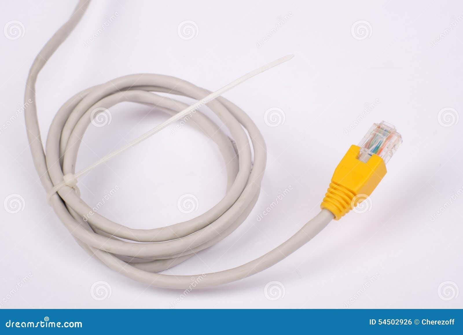 Câble jaune tordu d ordinateur