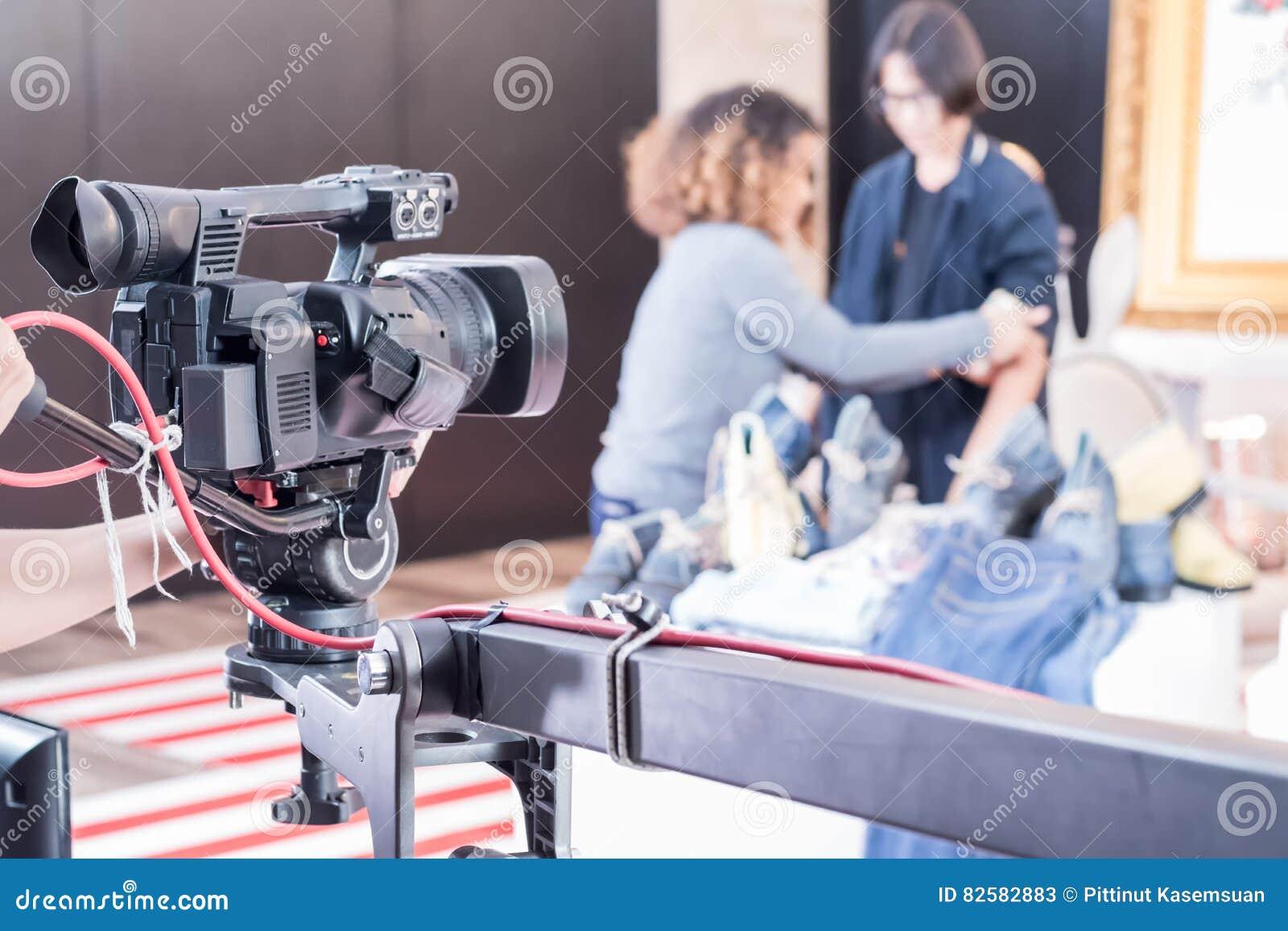 Câmara de vídeo de Digitas com equipamento da lente nos meios profissionais s