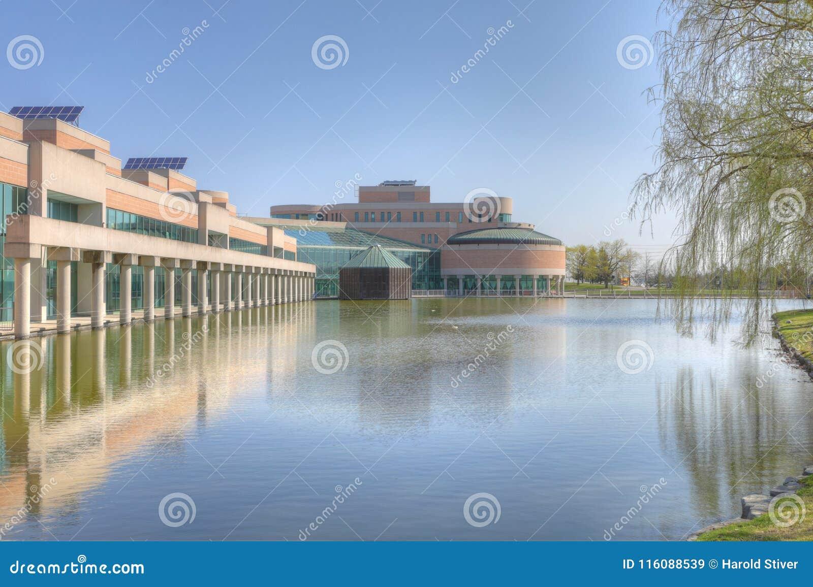 Câmara municipal e associação refletindo em Markham, Canadá