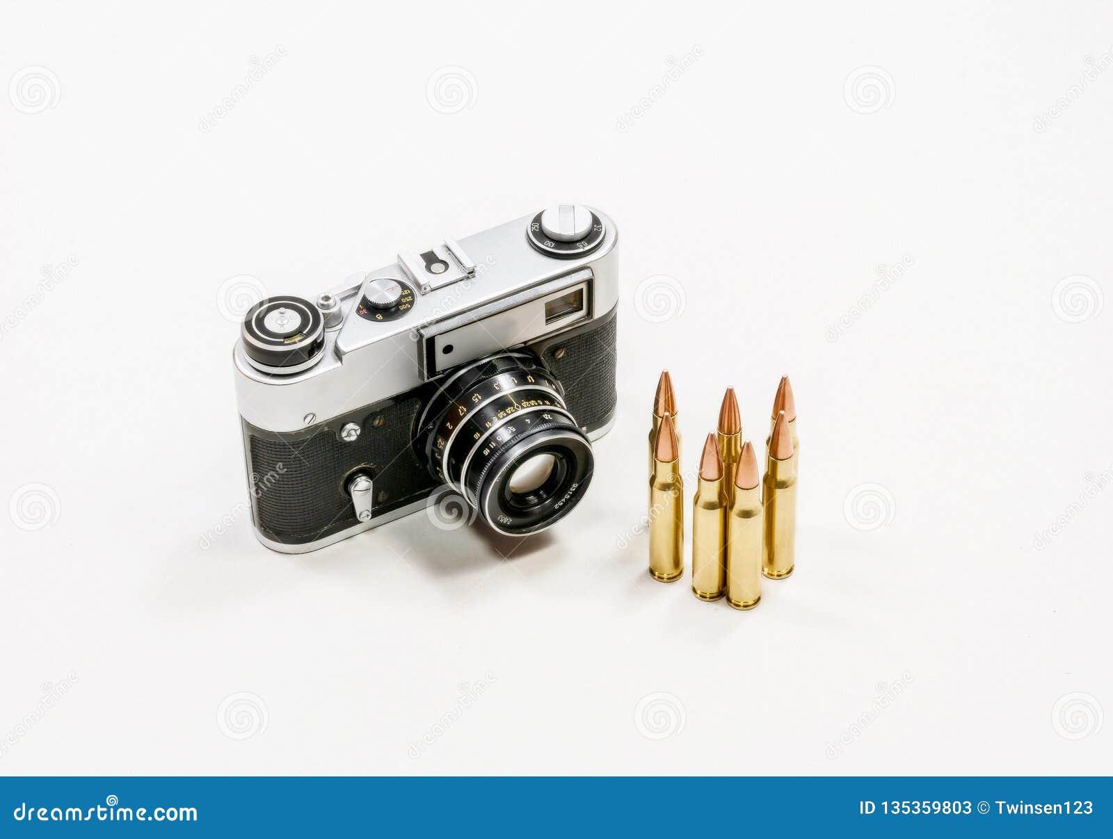 Câmera velha do vintage e cartuchos automáticos