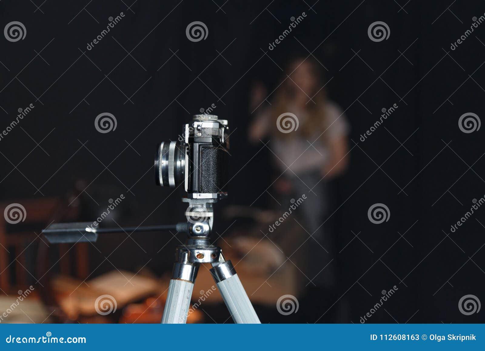 A câmera velha em um tripé está na sala