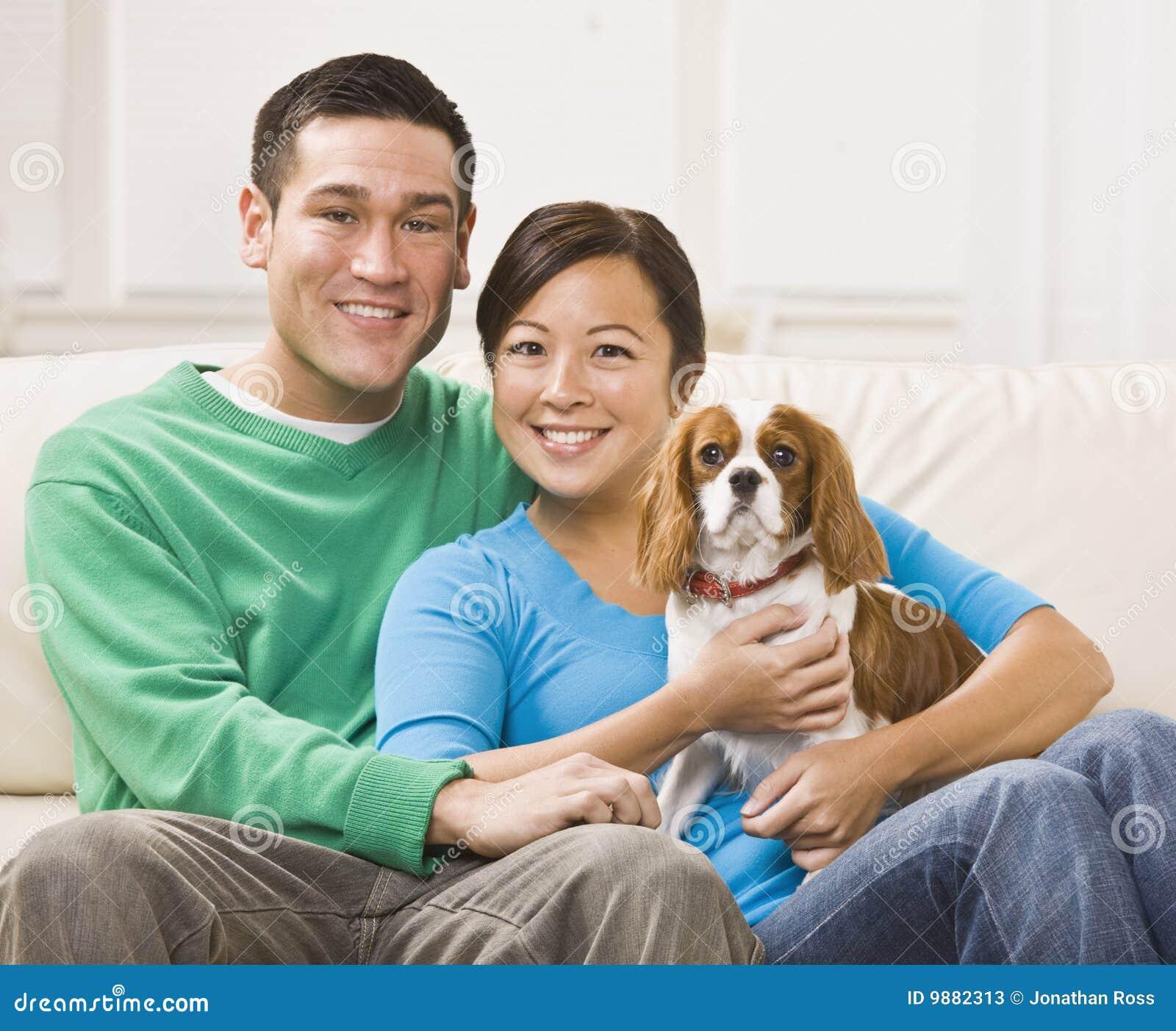 Cão asiático atrativo da terra arrendada dos pares