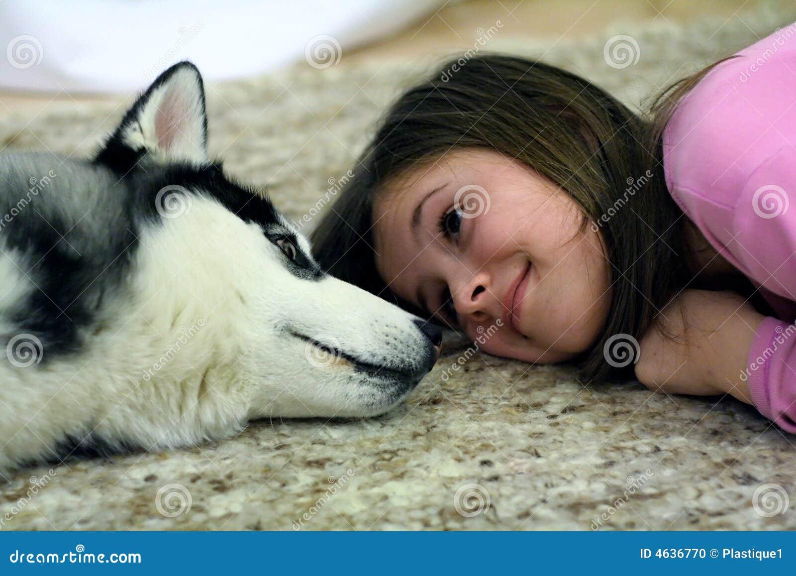 Cão de puxar trenós e menina