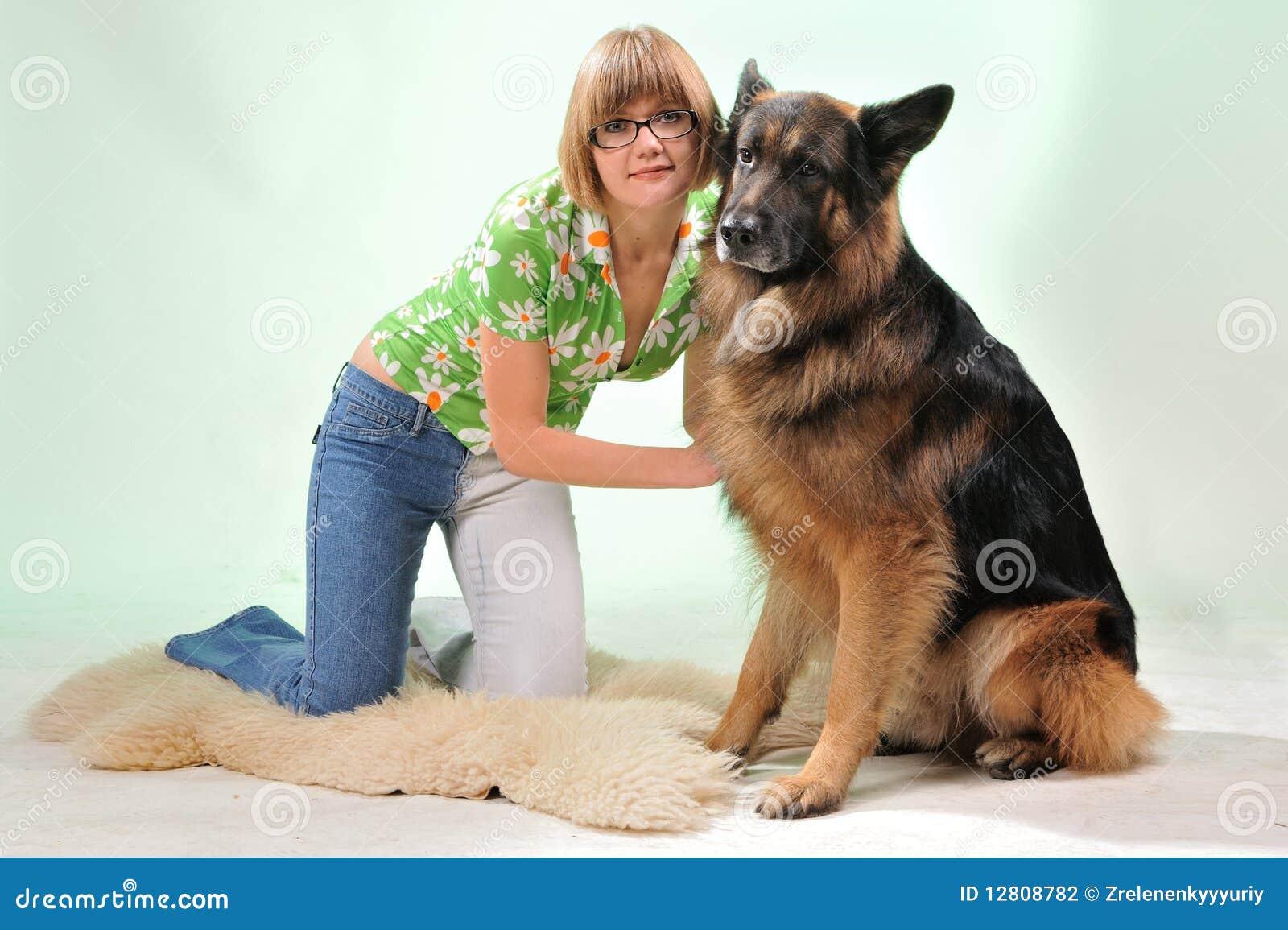 Cão que beija uma menina. isolado no branco