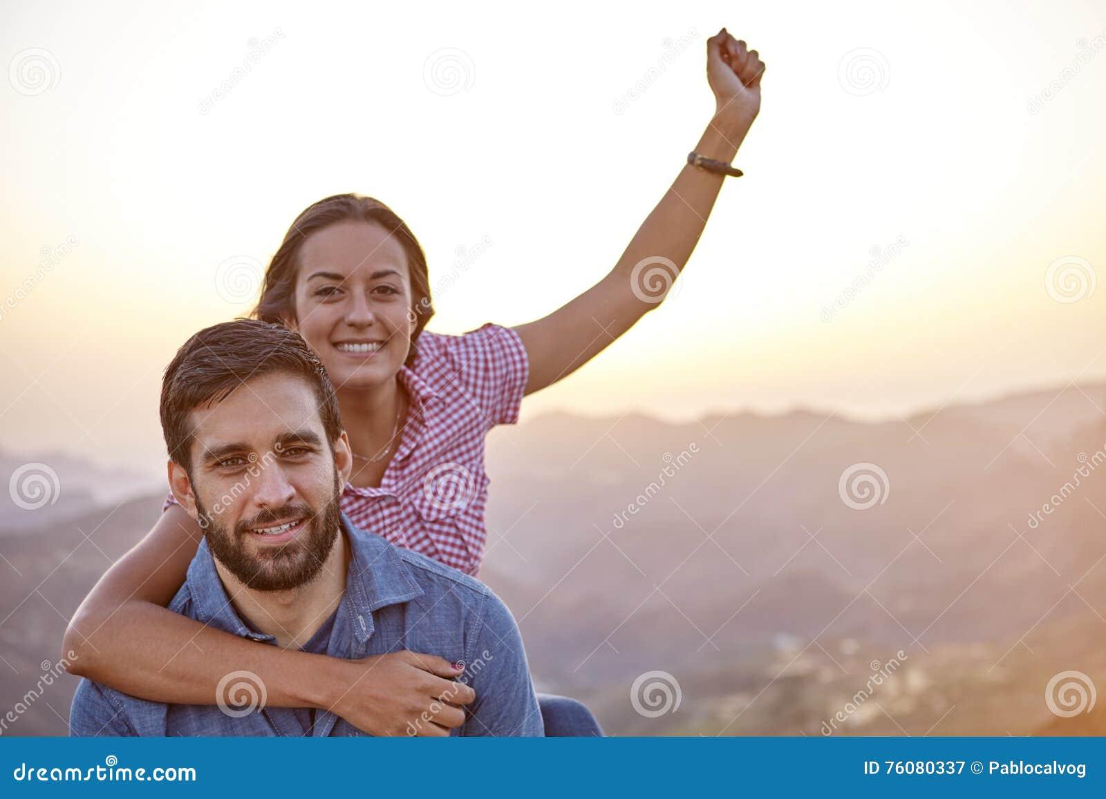Célébration de jeunes couples posant pour la photo