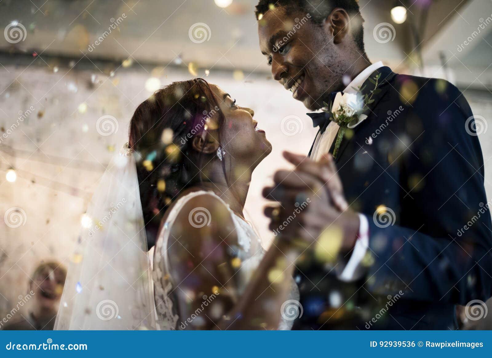 Célébration de mariage de danse de couples d origine africaine de nouveaux mariés