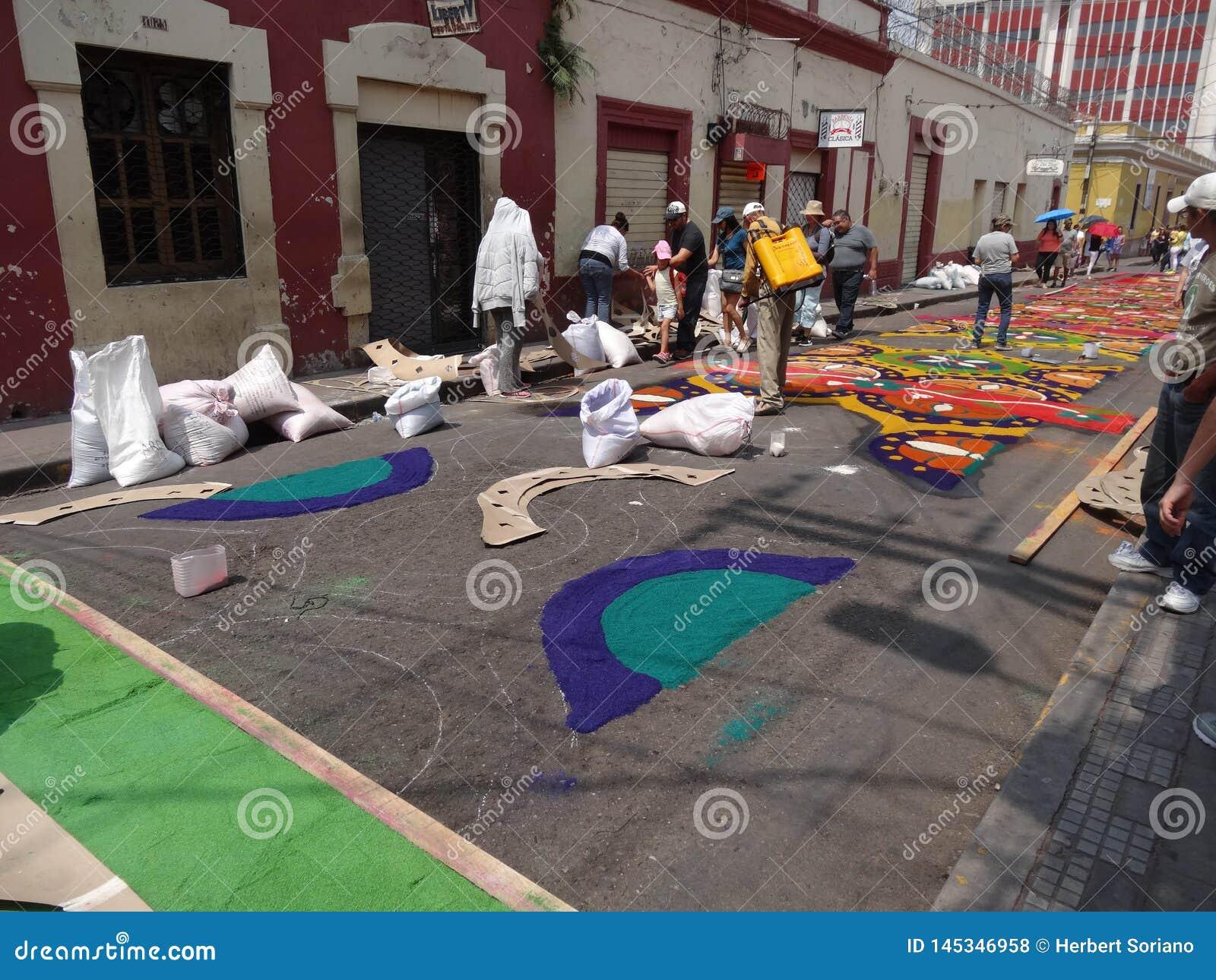 Célébration religieuse Tegucigalpa Honduras d été de préparation de tapis colorée par sciure 2019 9