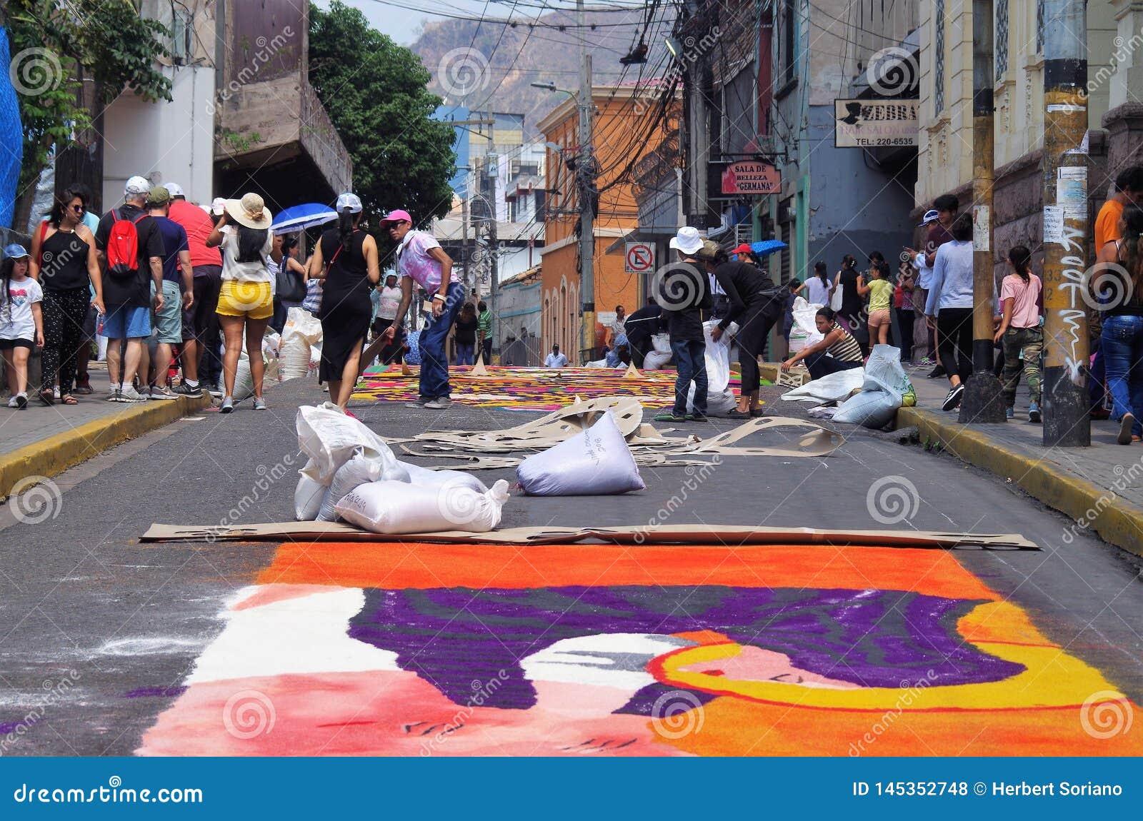 Célébration religieuse Tegucigalpa Honduras d été de préparation de tapis colorée par sciure 2019 21