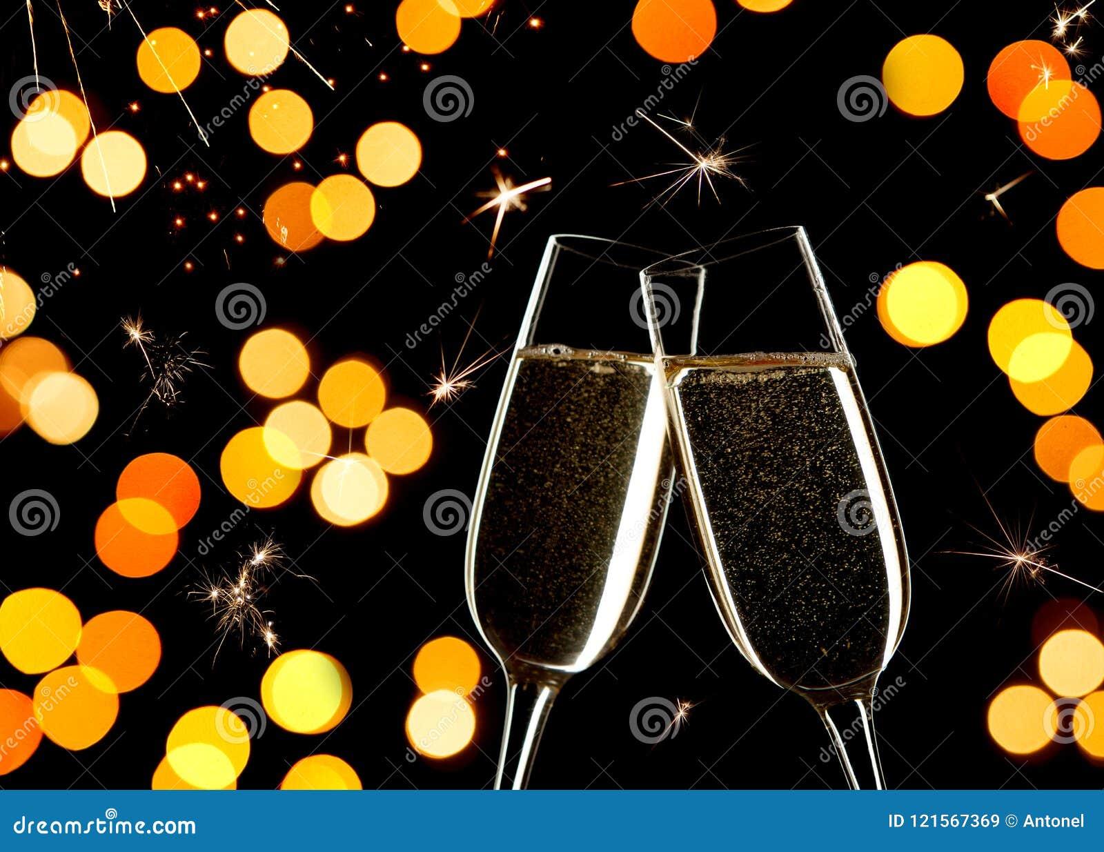 Célébration sur le ` s Ève de nouvelle année Fermez-vous de deux verres de Champagne tintant ensemble