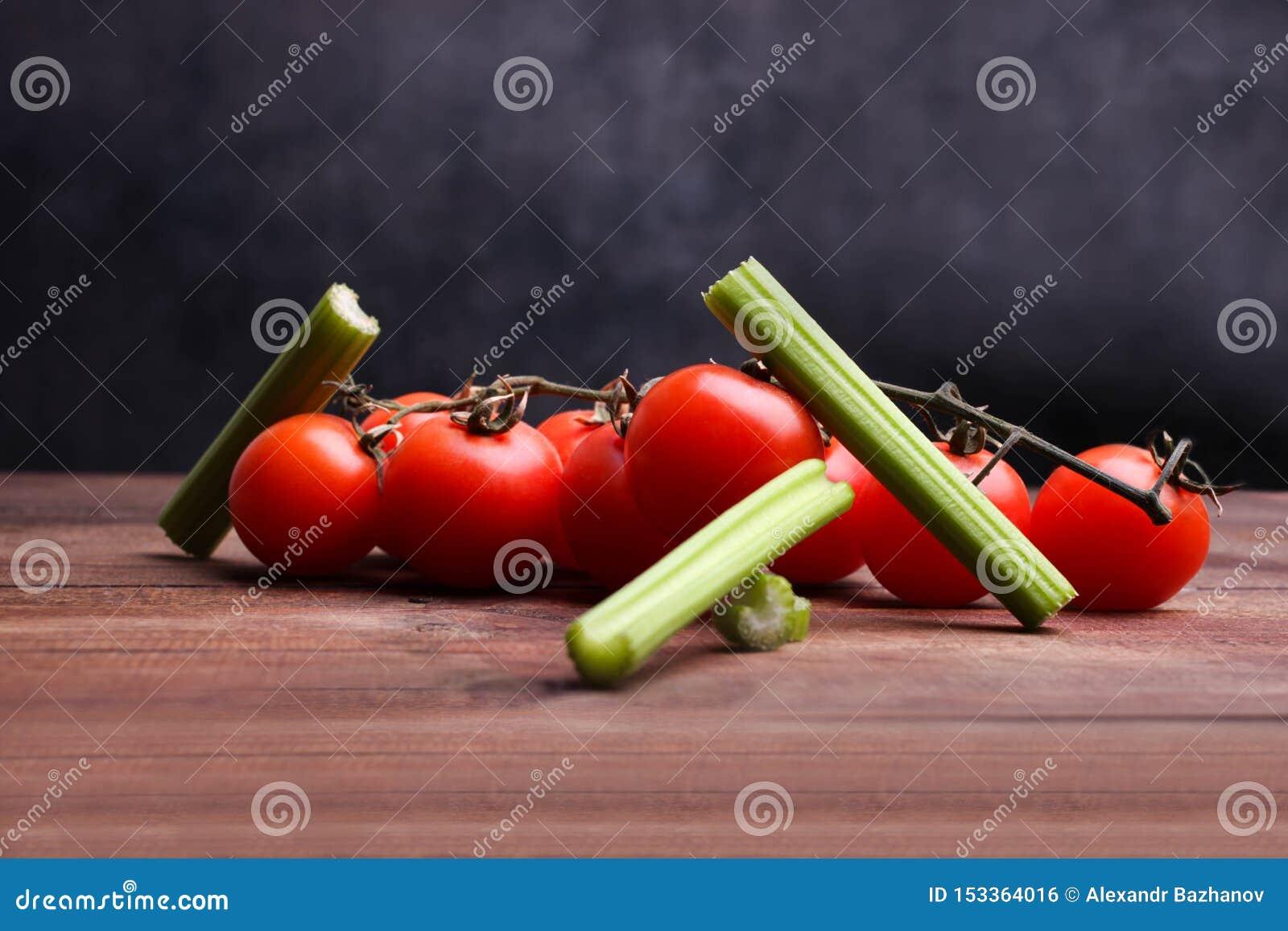 Céleri et tomate-cerise coupés en tranches
