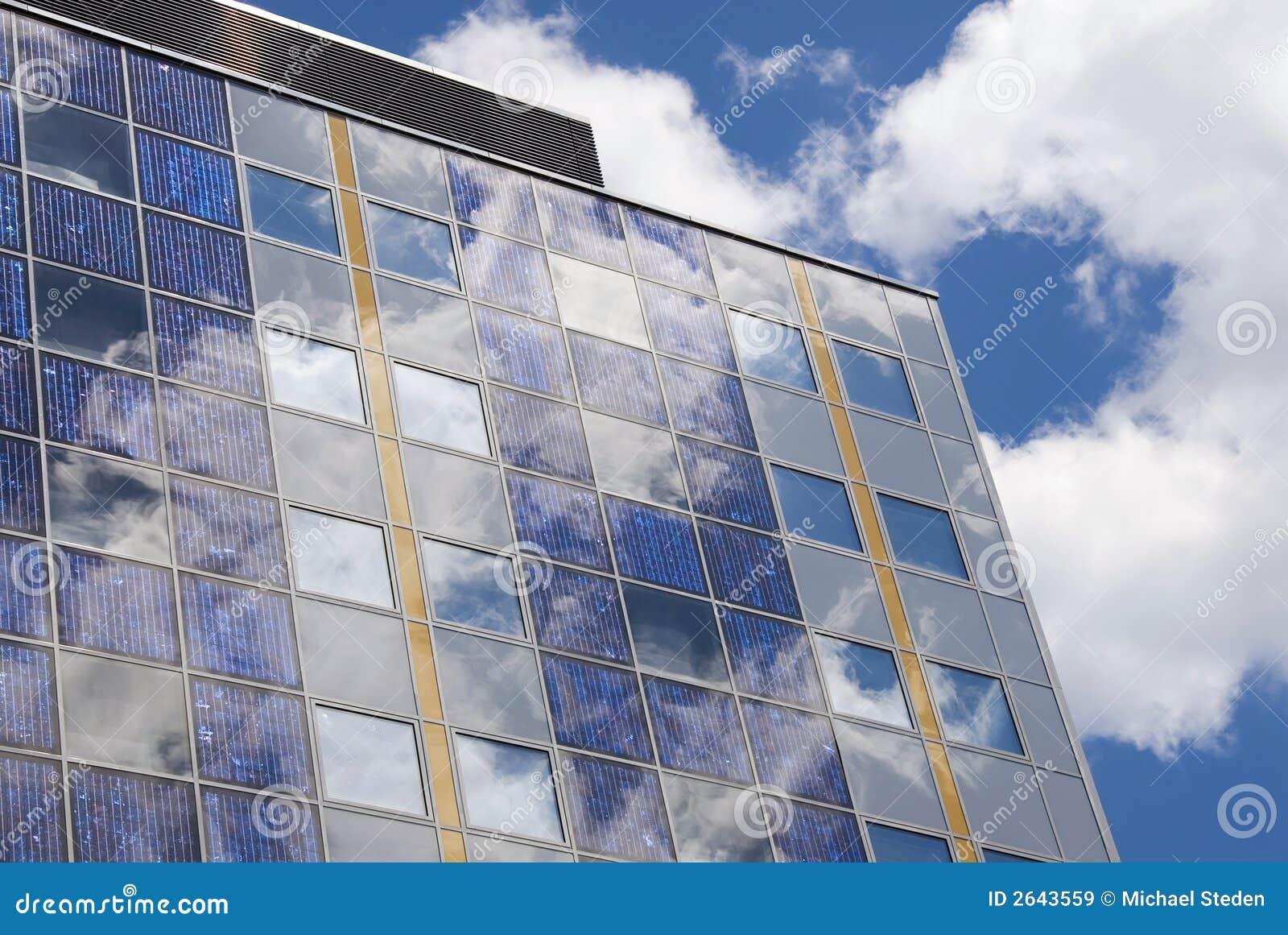 Célula solar moderna em uma fachada
