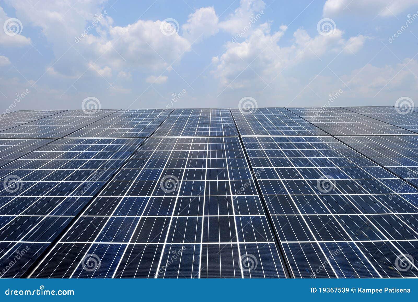 Célula solar sobre o céu azul