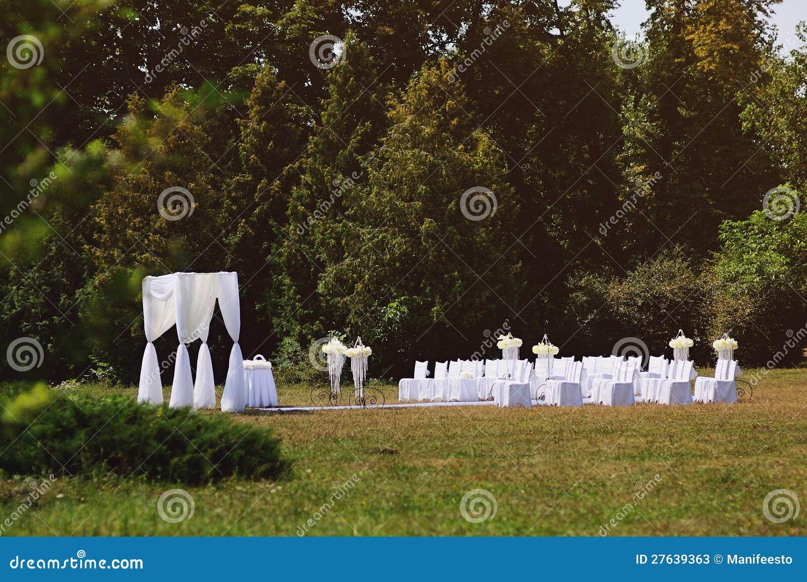 C r monie de mariage dans le jardin photos stock image - Mariage dans son jardin ...