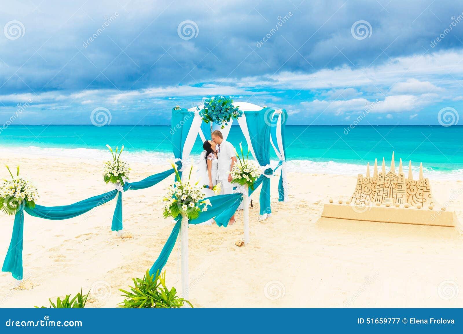 C r monie de mariage sur une plage tropicale dans le bleu mari et br heureux photo stock - Mariage a la plage ...