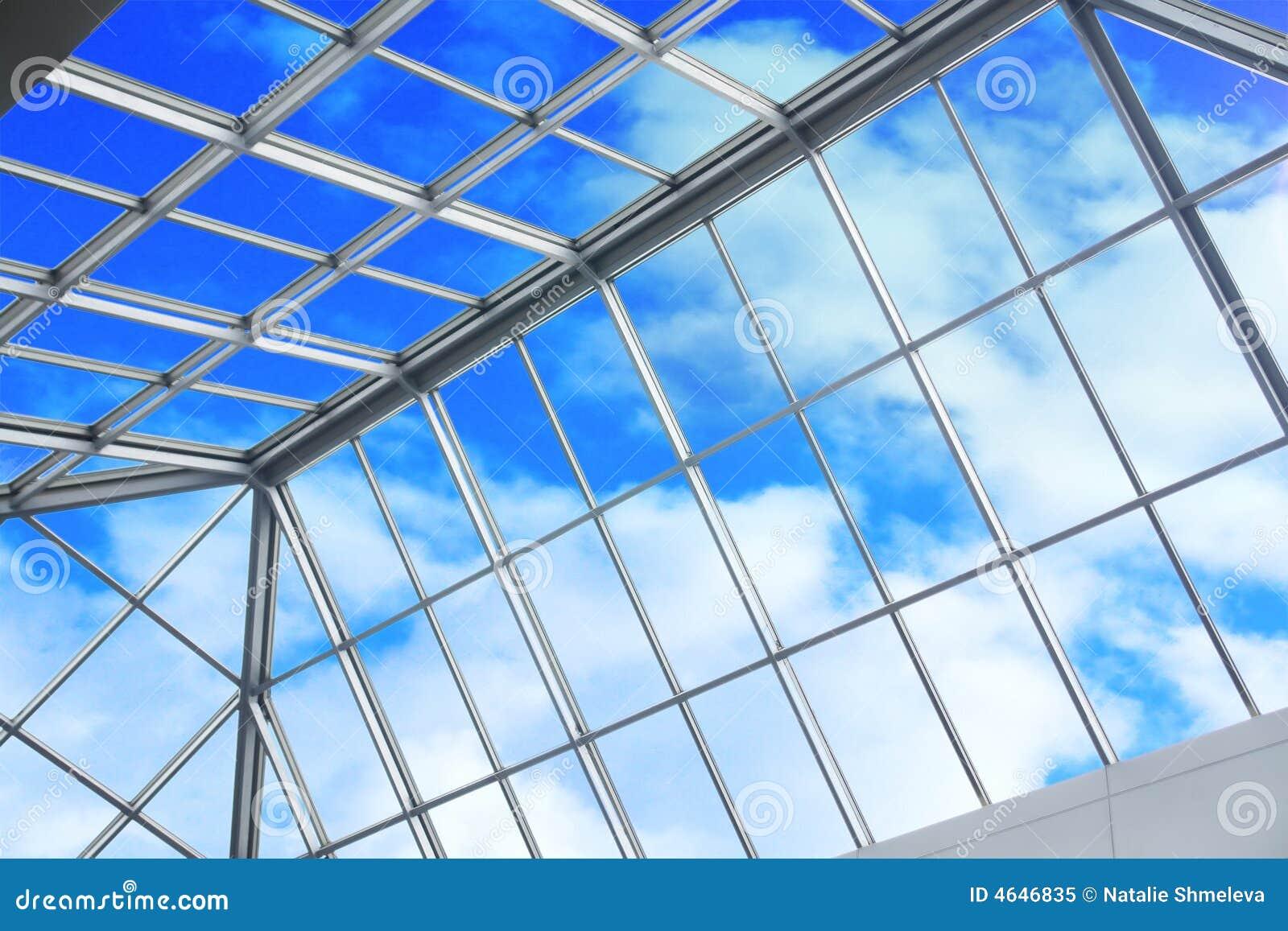 Céu azul através do teto