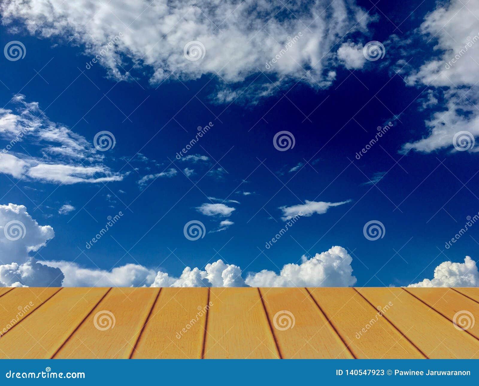 Céu azul claro bonito e nuvem branca atrás do terraço de madeira