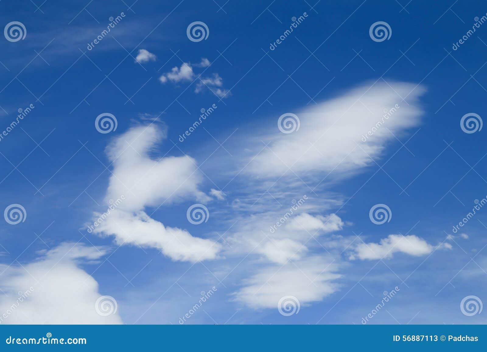 Céu azul com close up da nuvem