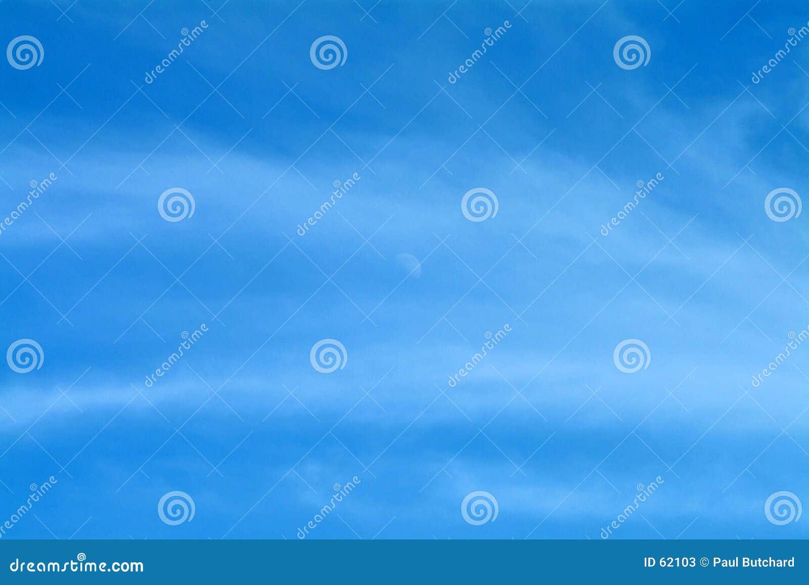Céu azul com lua & as nuvens Wispy