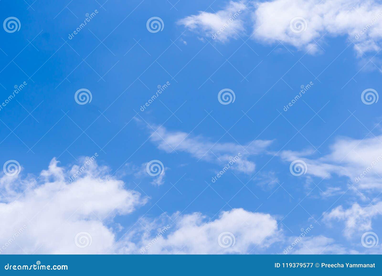 Céu azul com nuvem dentro diariamente