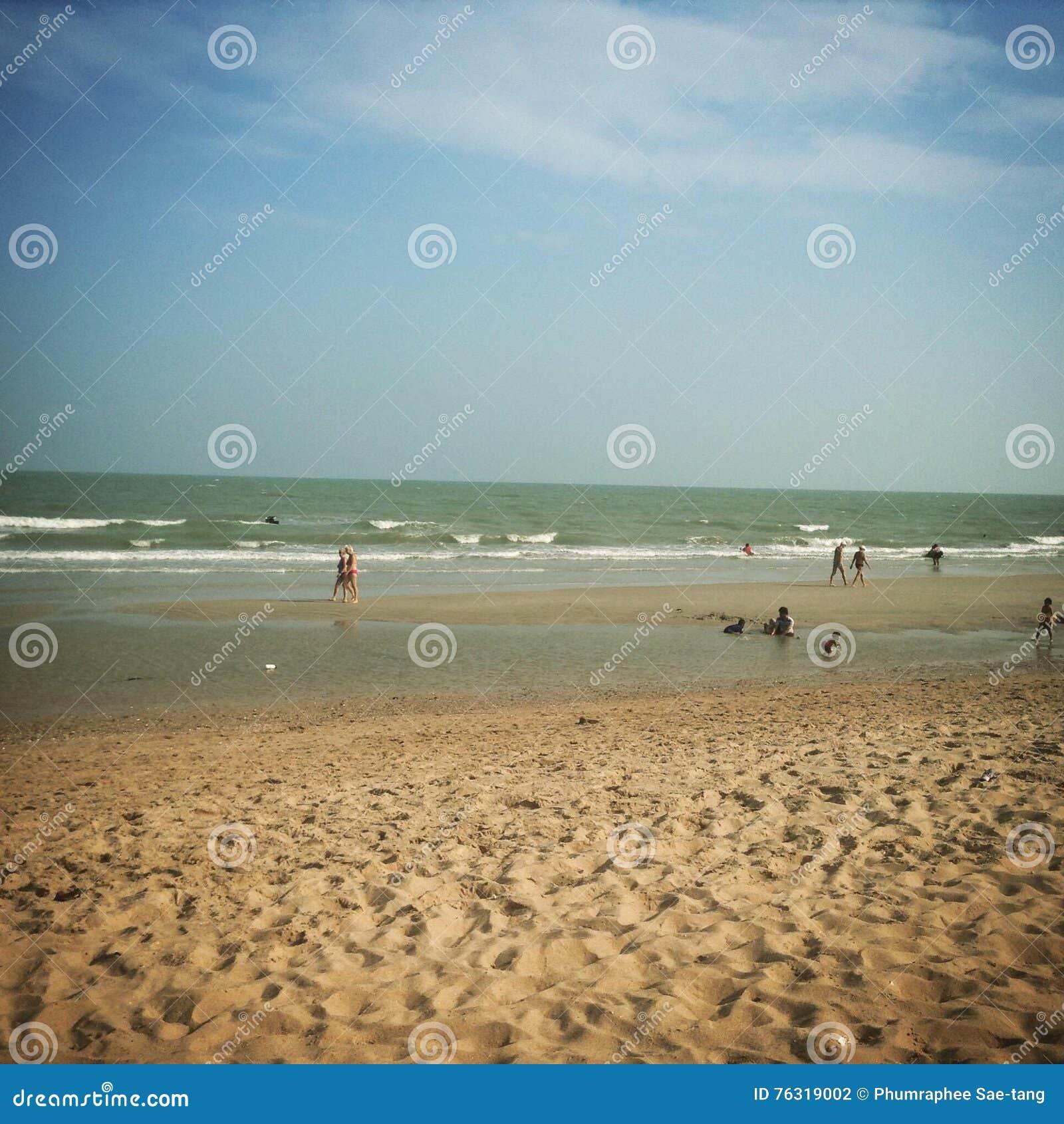 Céu azul com praia e mar