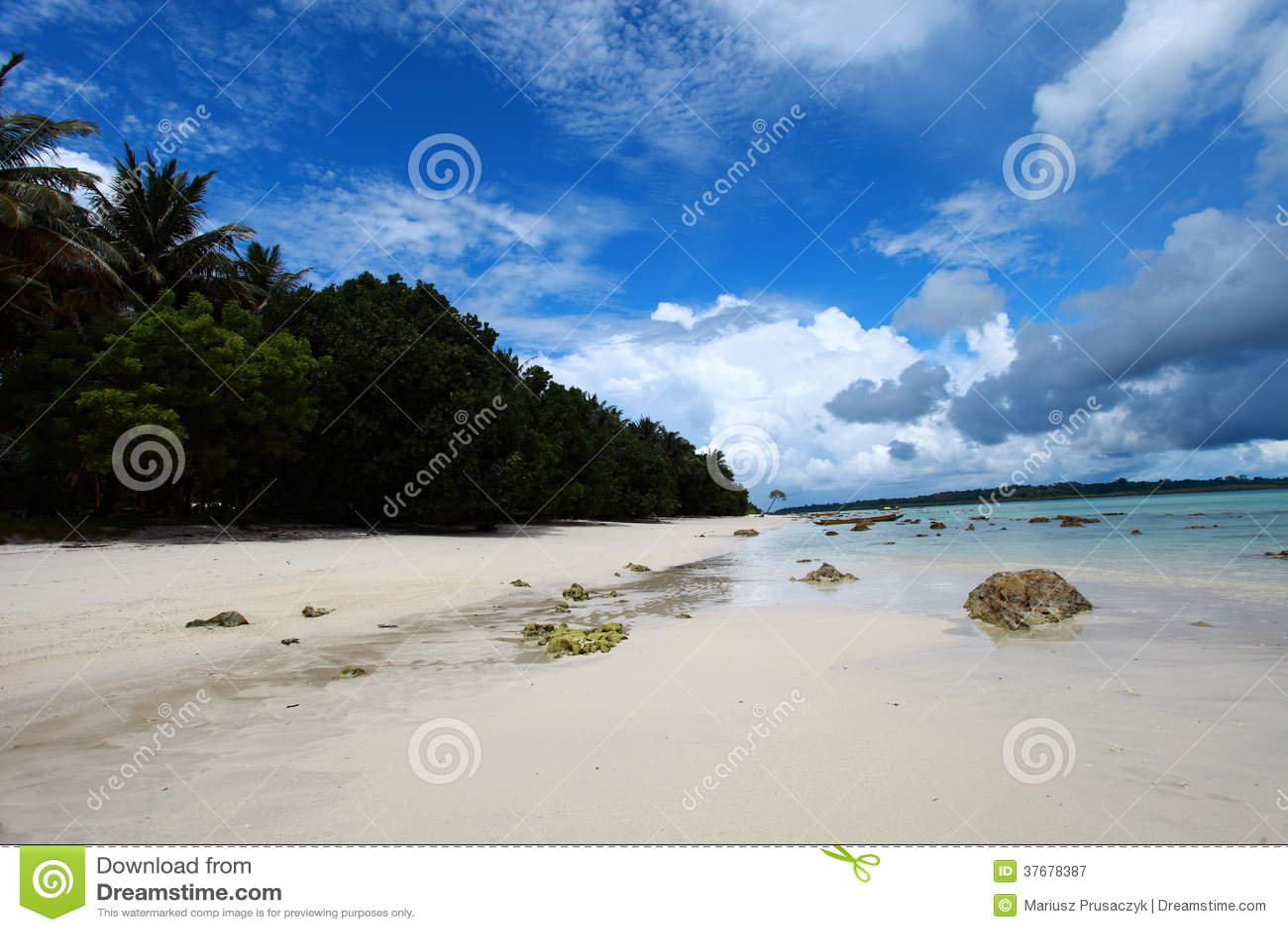 Céu azul da ilha de Havelock com nuvens brancas, ilhas de Andaman, Índia