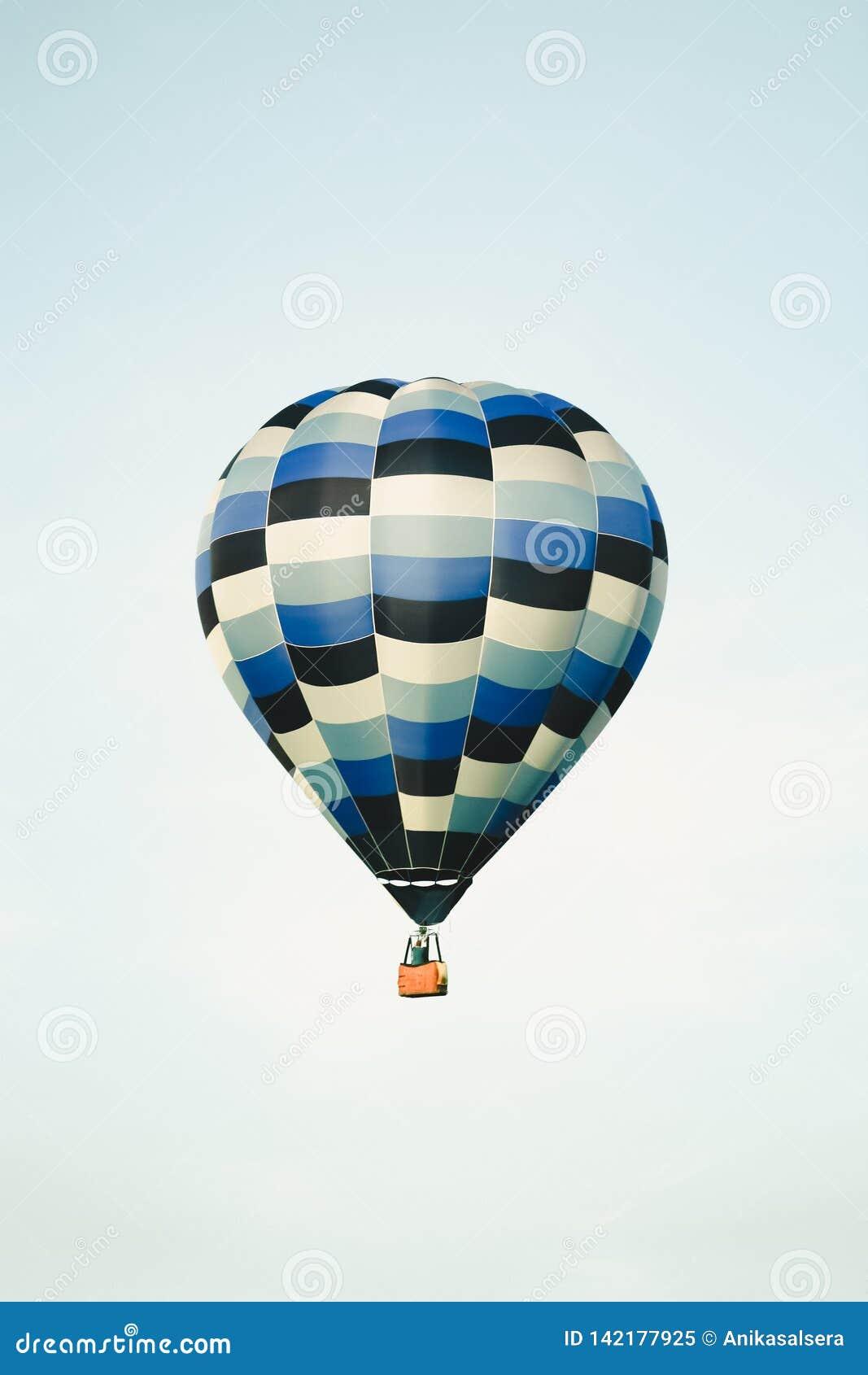Céu azul do balão de ar quente na claro