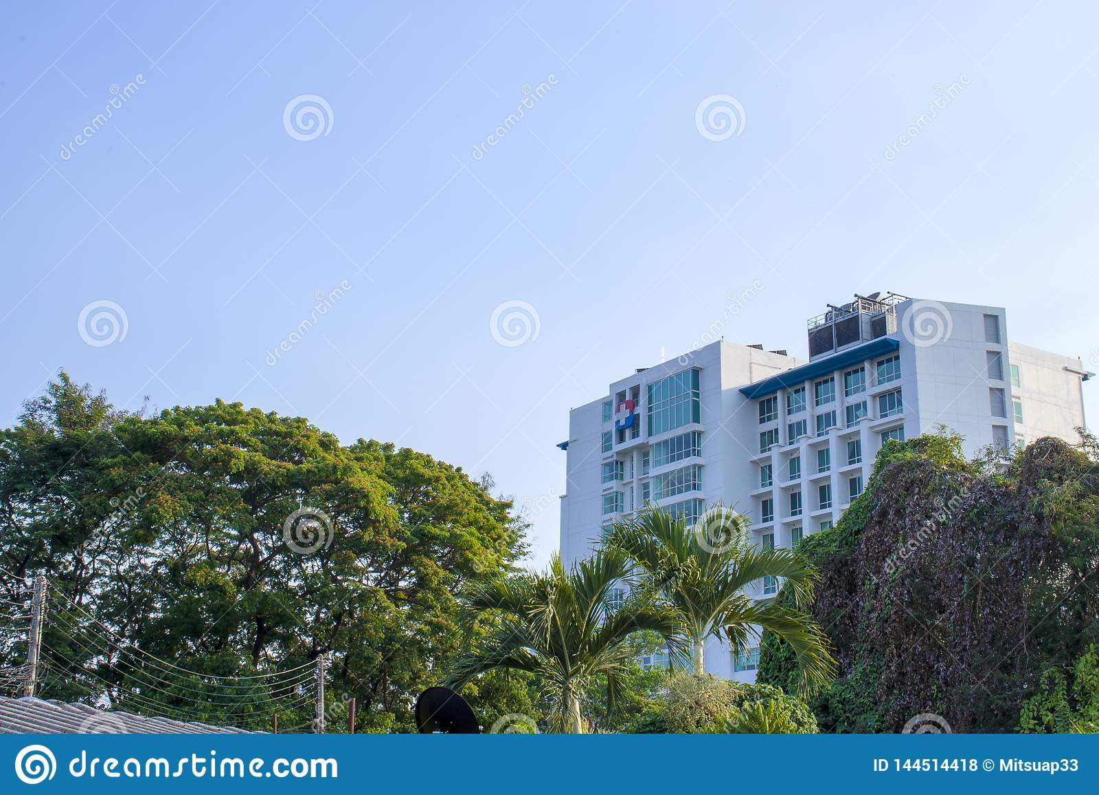 Céu azul e construção, Chiangmai, Tailândia - 9 de maio de 2019: Construção do hospital de Banguecoque