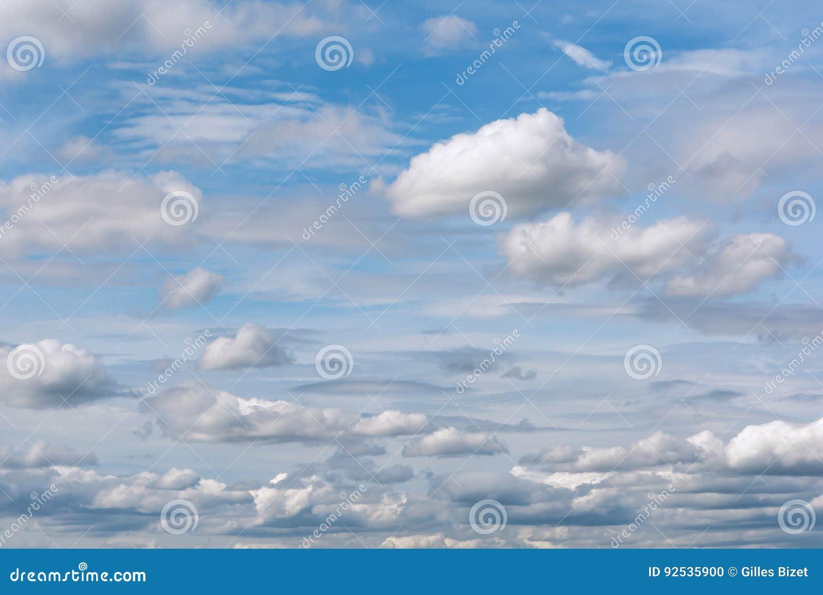 Céu azul e nebuloso