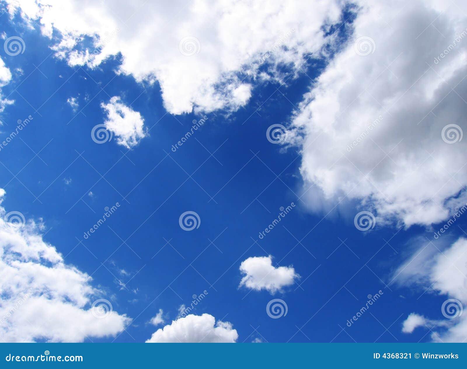 Céu azul e nuvens