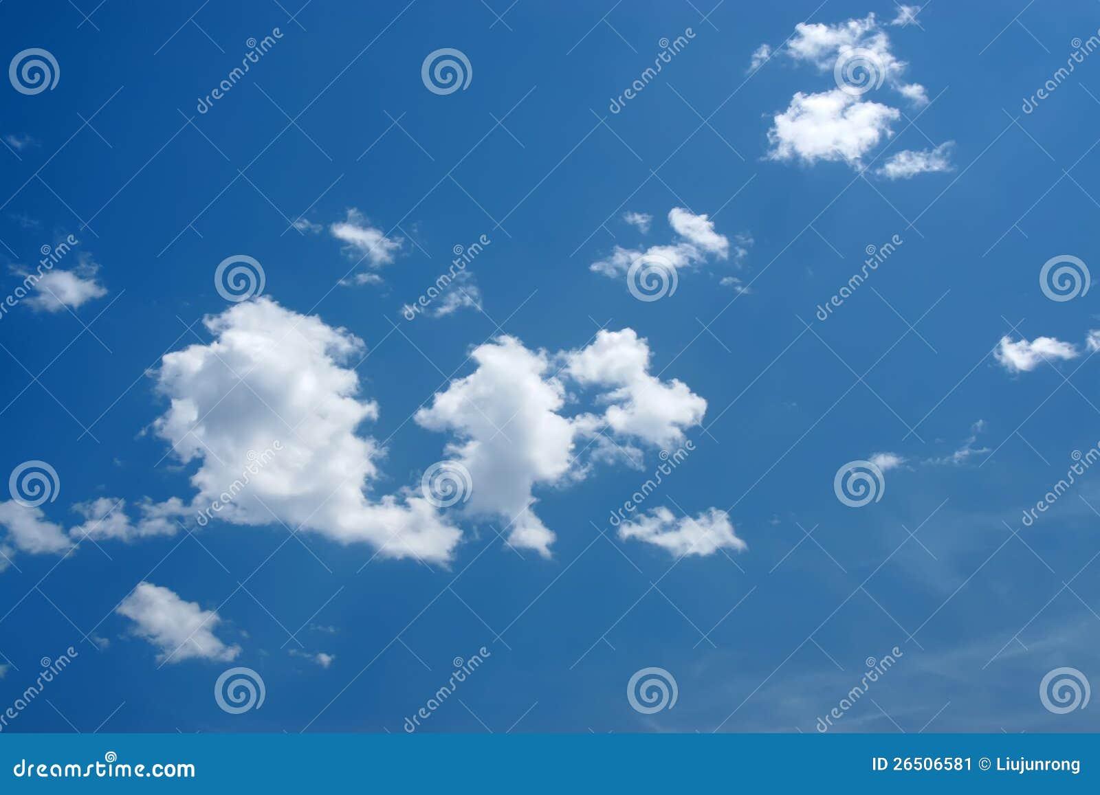 Céu azul e nuvens brancas