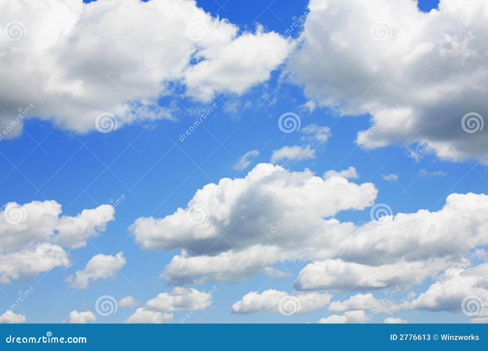 Céu azul e nuvens inchado