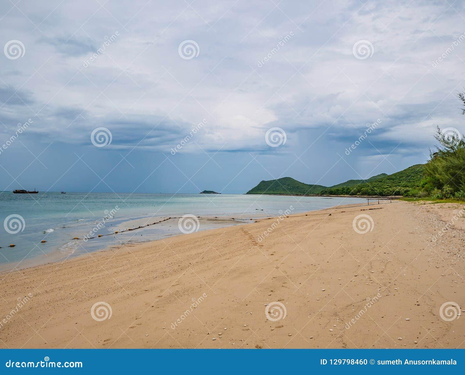 Céu azul idílico tropical de oceano e praia bonita no tempo de férias