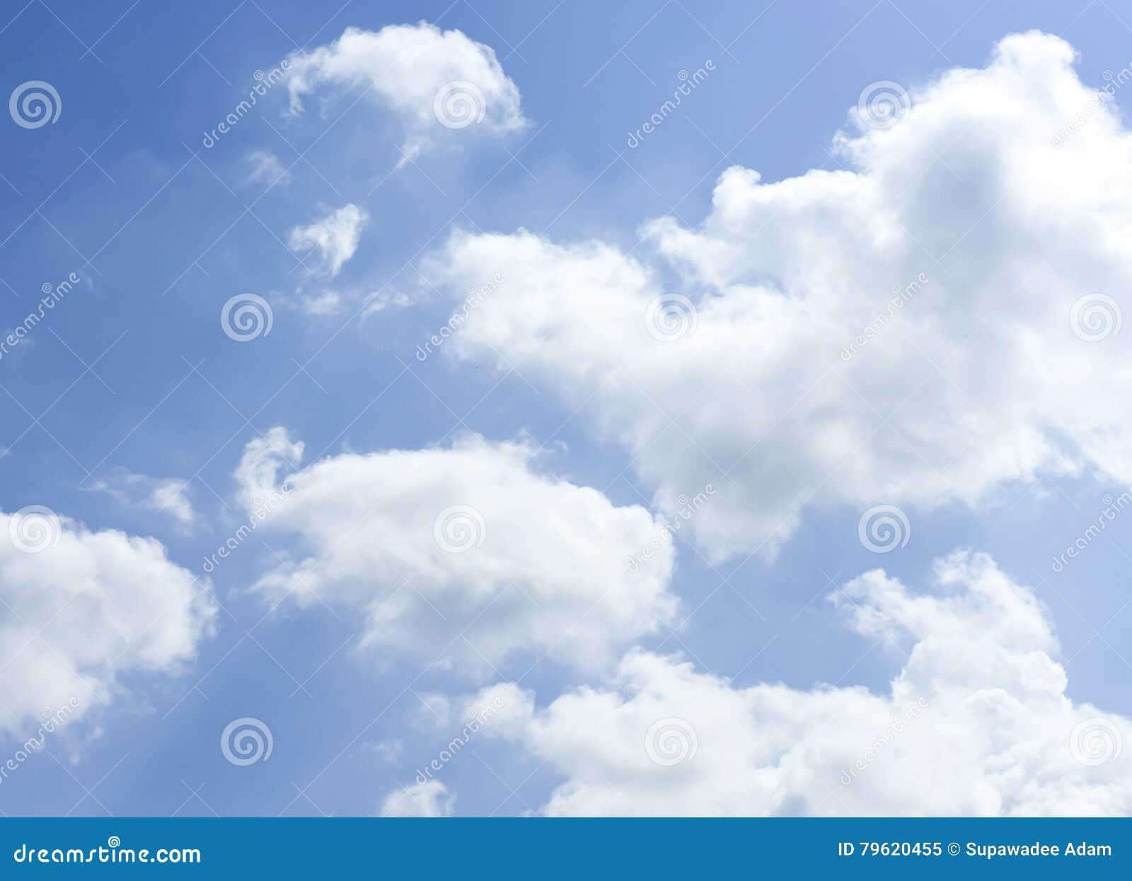 Céu azul profundo com nuvem