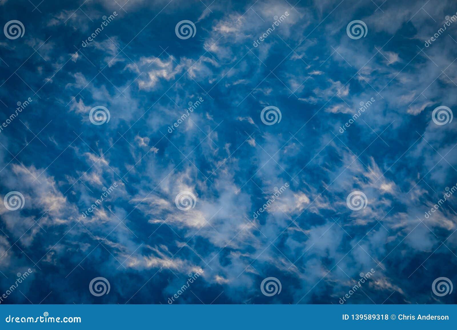 Céu azul profundo com nuvens plúmeos