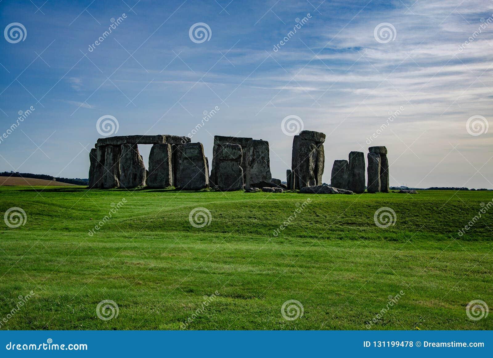 Céu azul sobre o monumento Inglaterra de StonehengeHistorical, Reino Unido