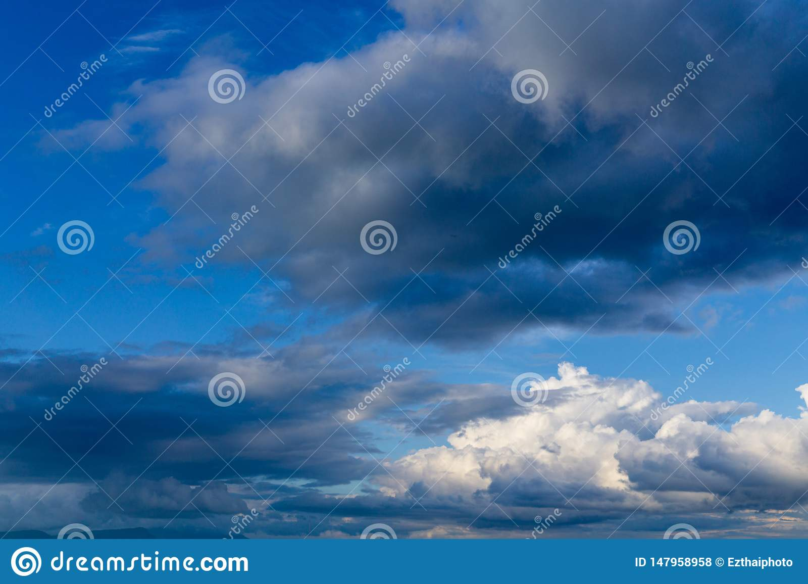 Céu azul vibrante vívido bonito com nuvens brancas