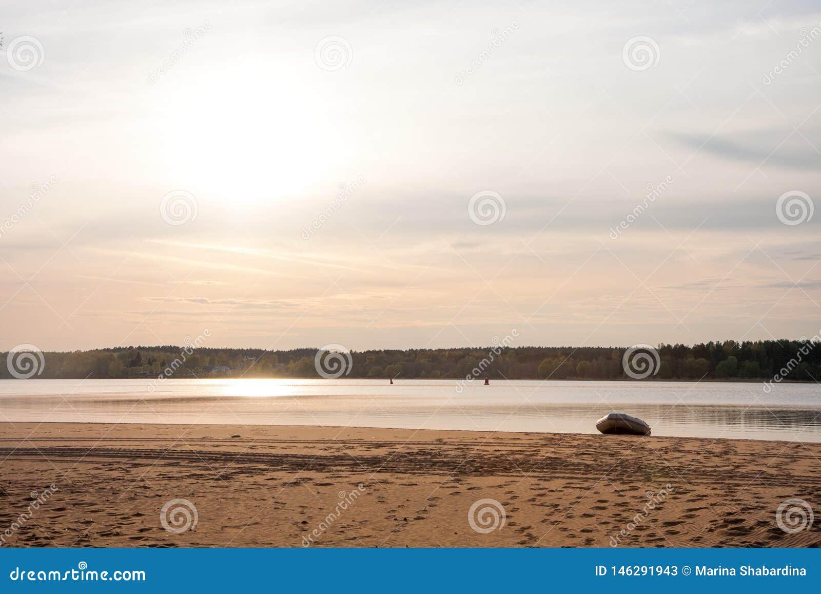 Céu bonito do por do sol pela praia com barco amarrado, Rússia - Volga