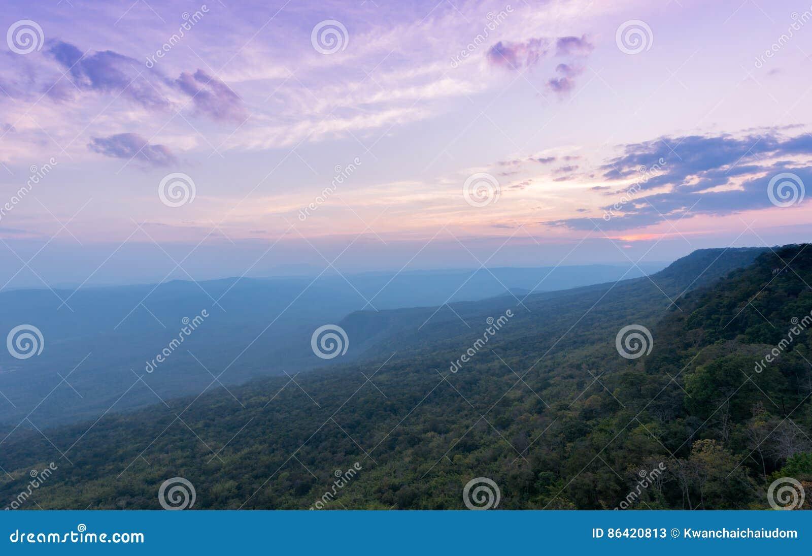 Céu bonito e por do sol em Pha Mak Duk Cliff, TAILÂNDIA