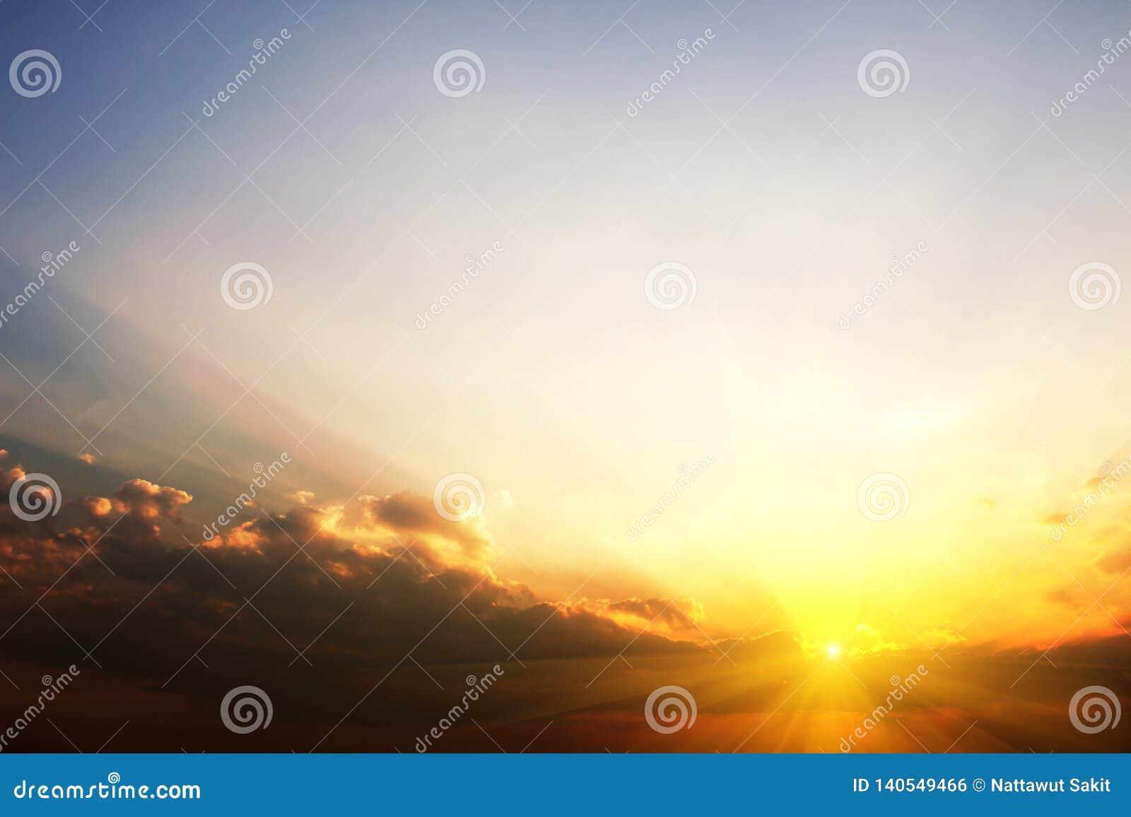 Céu bonito na noite com nd dourado da luz do sol para o projeto gráfico