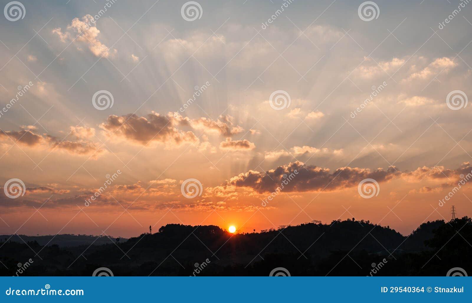 Céu bonito no por do sol