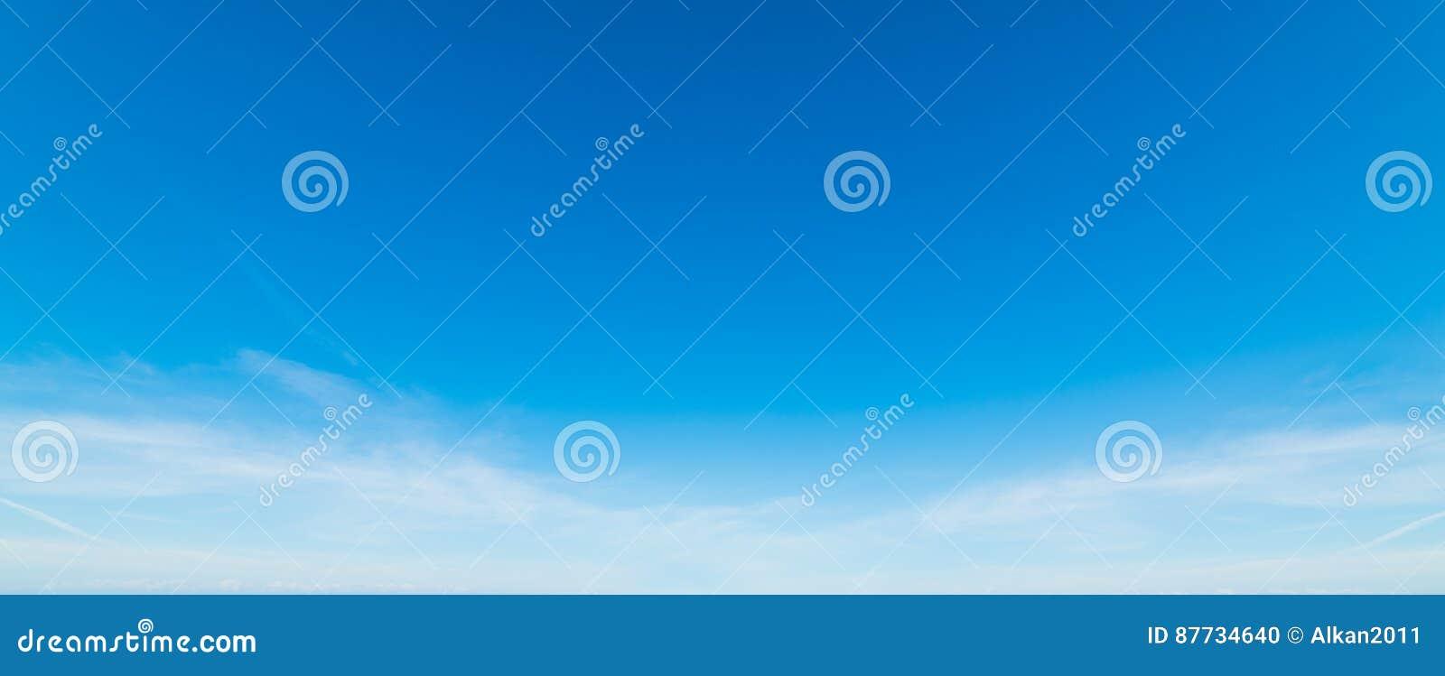 Céu branco e azul