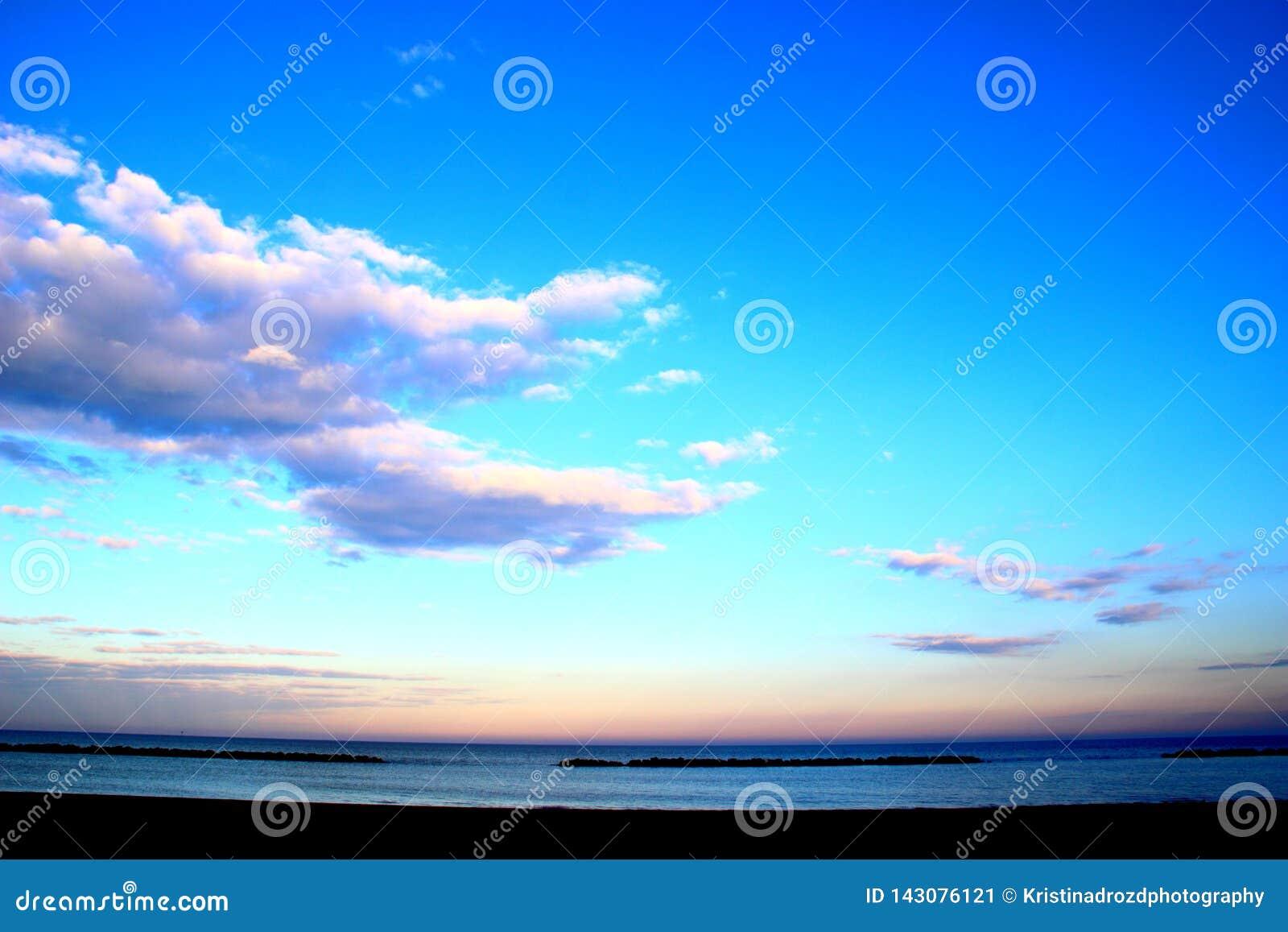 Céu com as nuvens etéreos sobre o mar