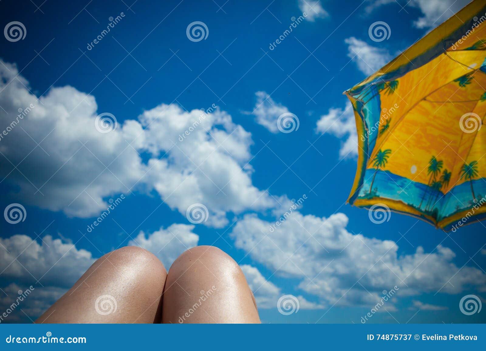 Céu com nuvens e guarda-chuva