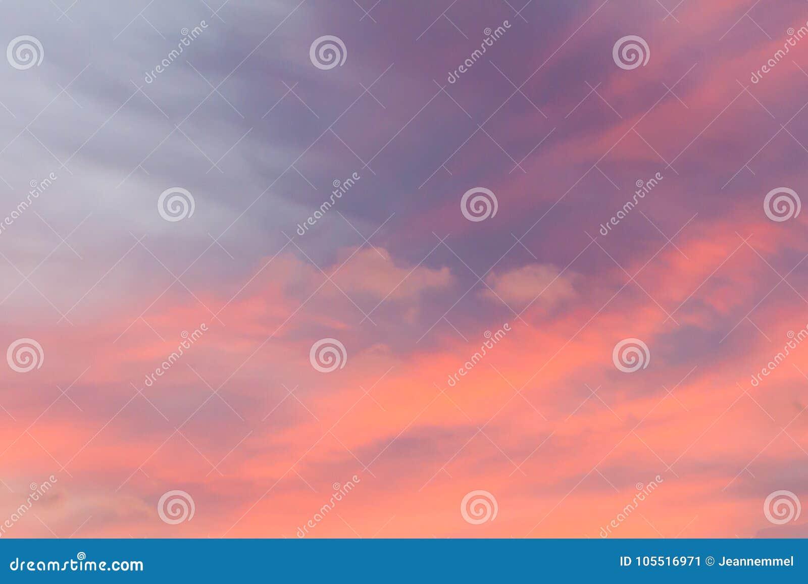 f0172db06eb32 Céu Cor-de-rosa Bonito Do Por Do Sol Imagem de Stock - Imagem de ...