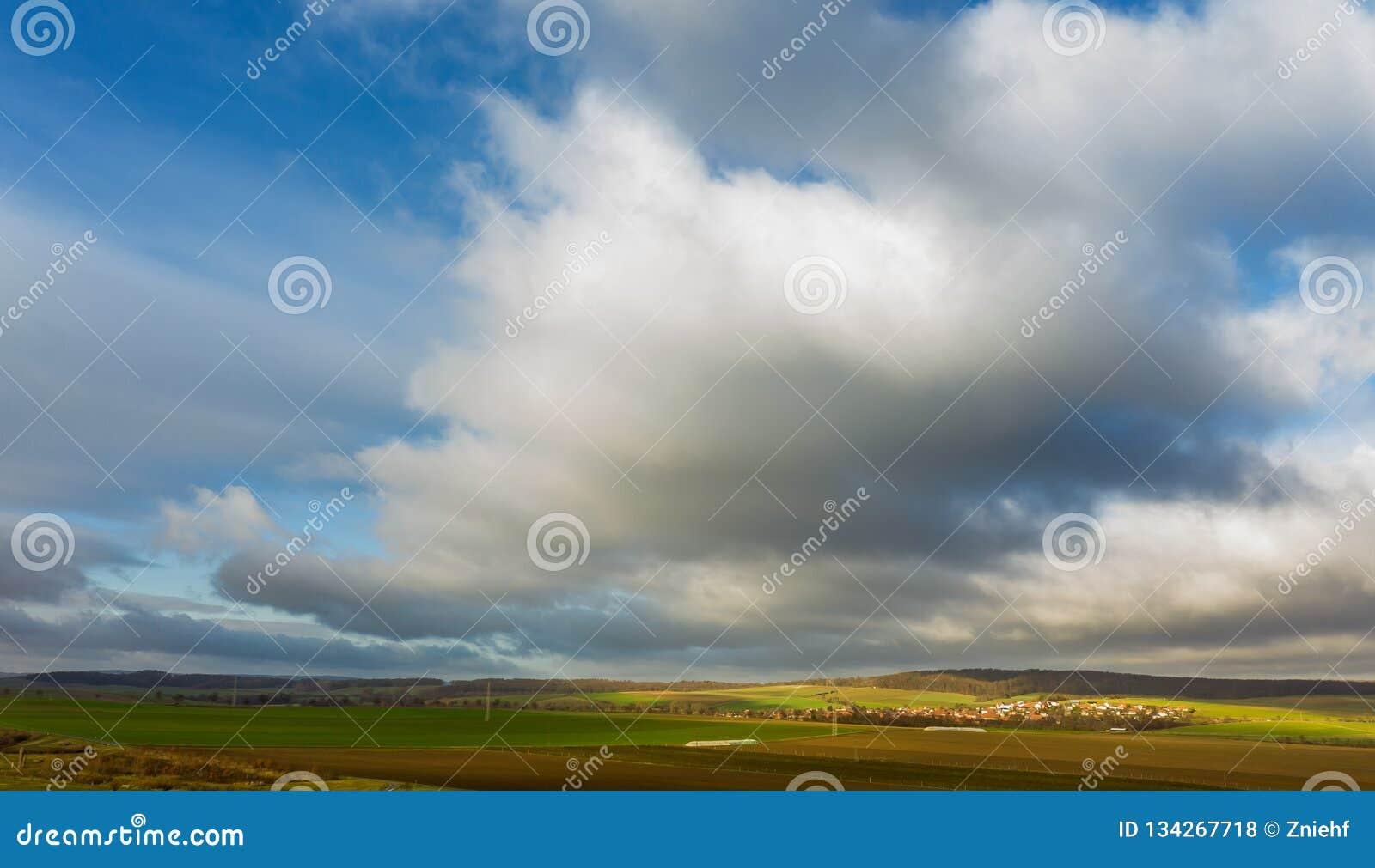 Céu dramático com as nuvens escuras sobre o cabo montanhoso perto do Oker, foto aérea de Harz com o zangão