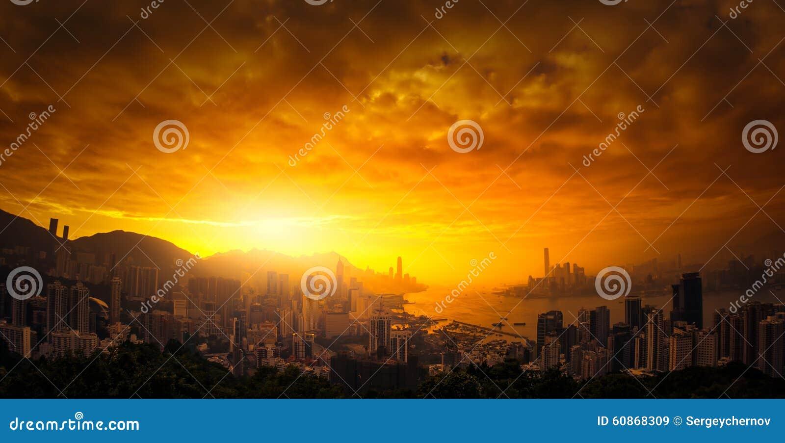 Céu dramático do por do sol sobre a vista panorâmica de Hong Kong