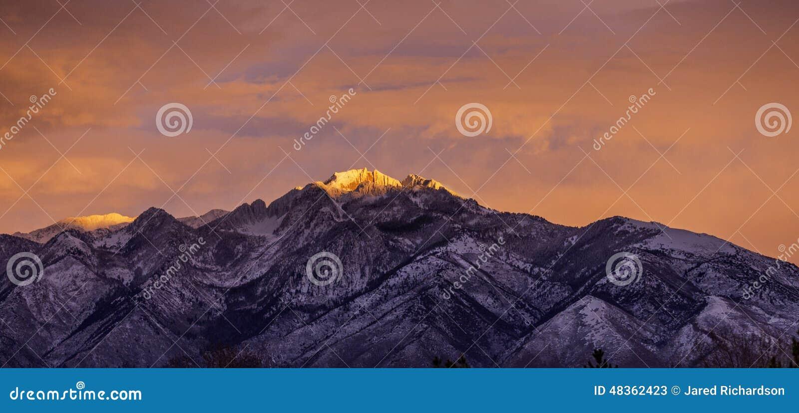 Céu e luz cor-de-rosa na montanha