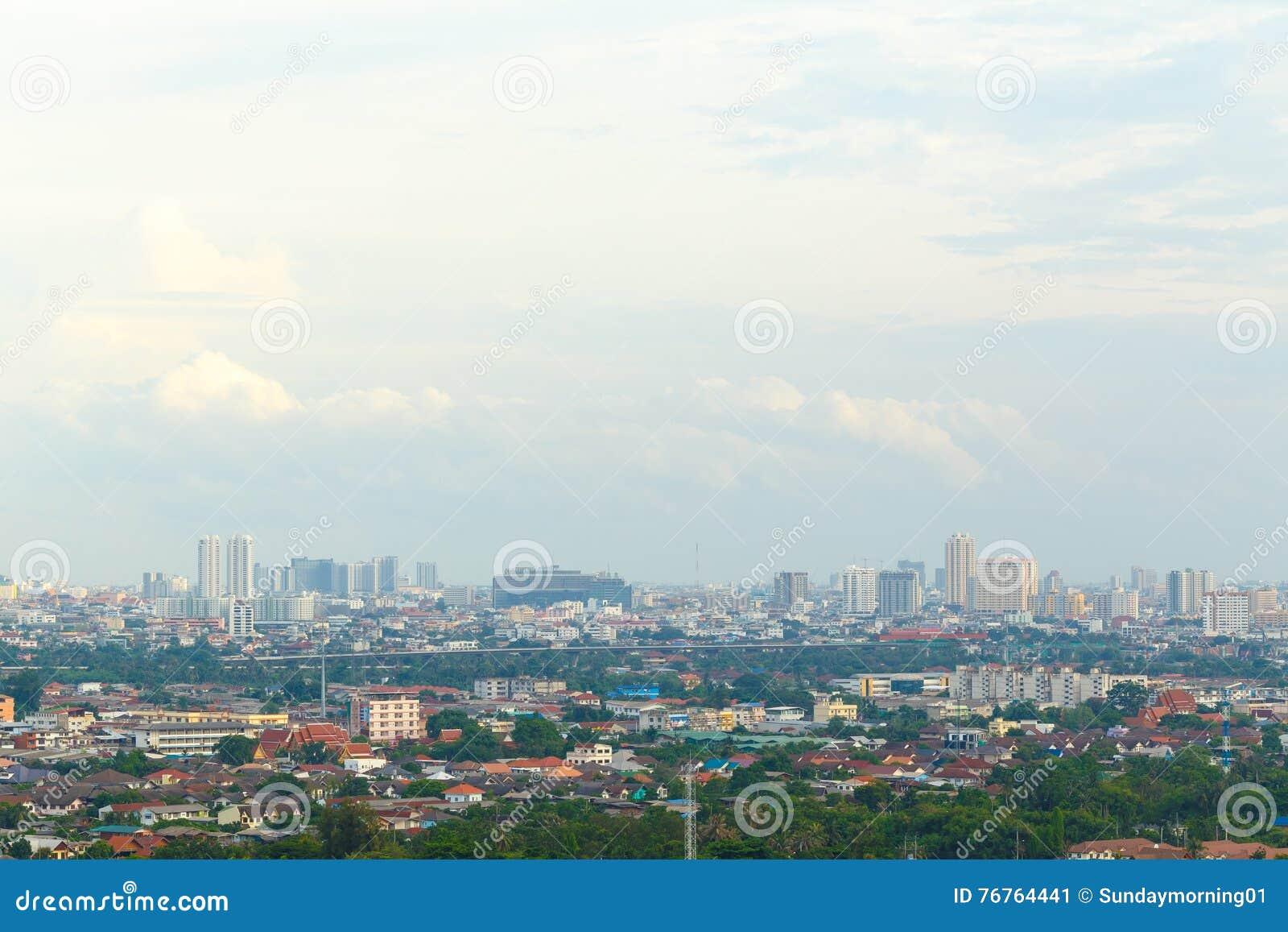 Céu e rio da metrópole em Banguecoque