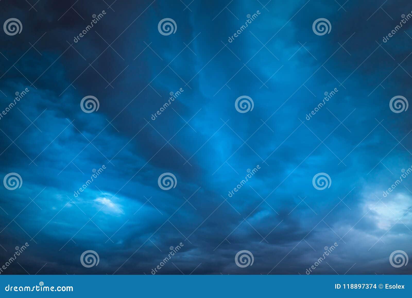 Céu escuro profundo, nuvens de tempestade