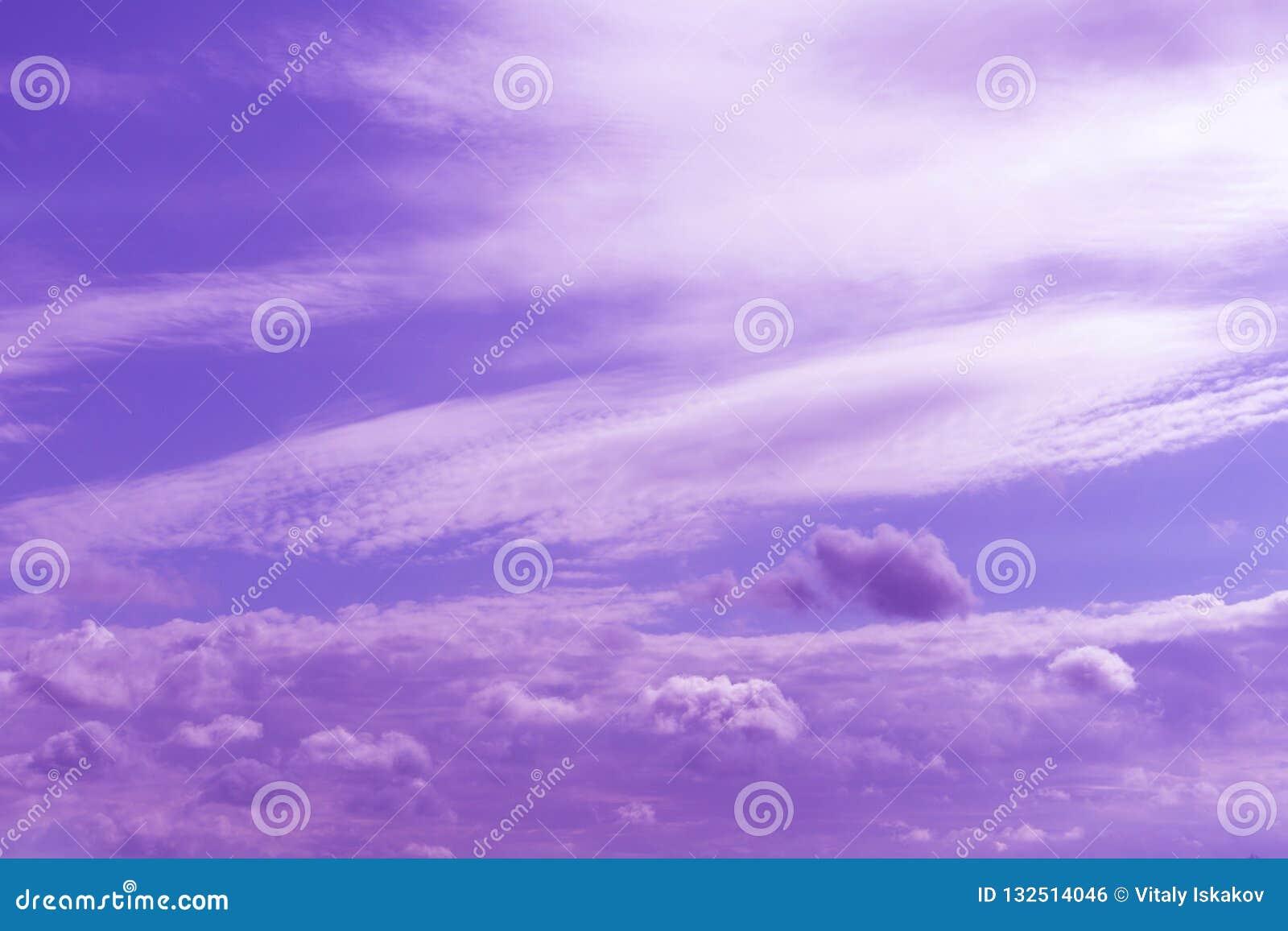 Céu nebuloso azul atmosférico atrás das silhuetas de construções da cidade Fundo roxo e alaranjado do nascer do sol com nuvens de